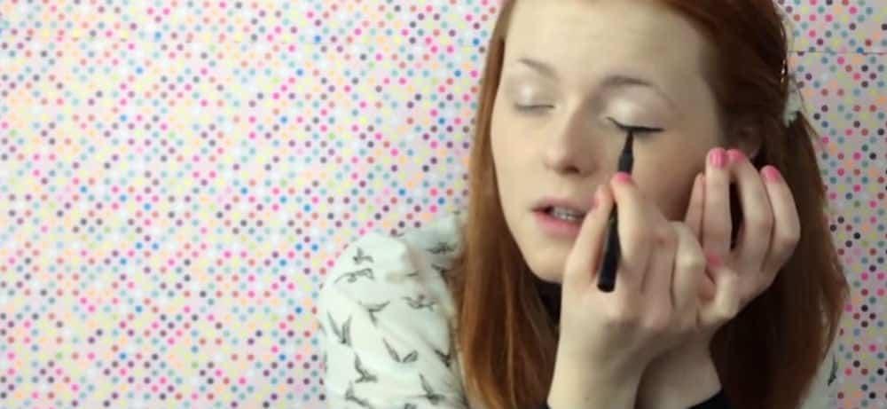 Menina cega fica famosa com tutoriais de maquiagem na web