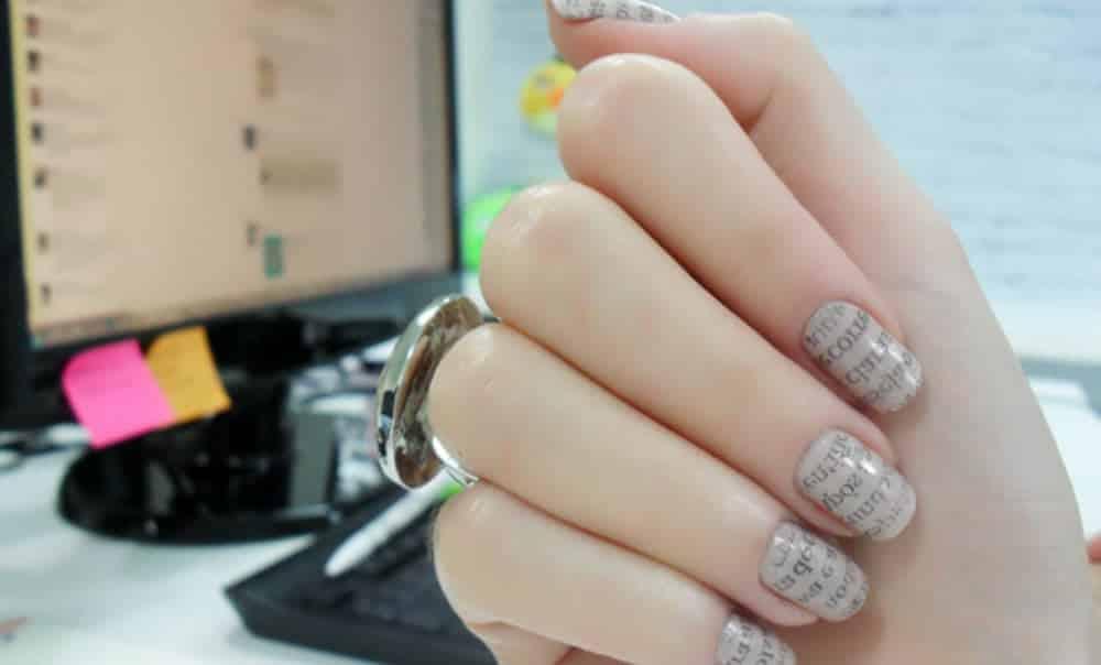 Aprenda a fazer unhas decoradas de jornal