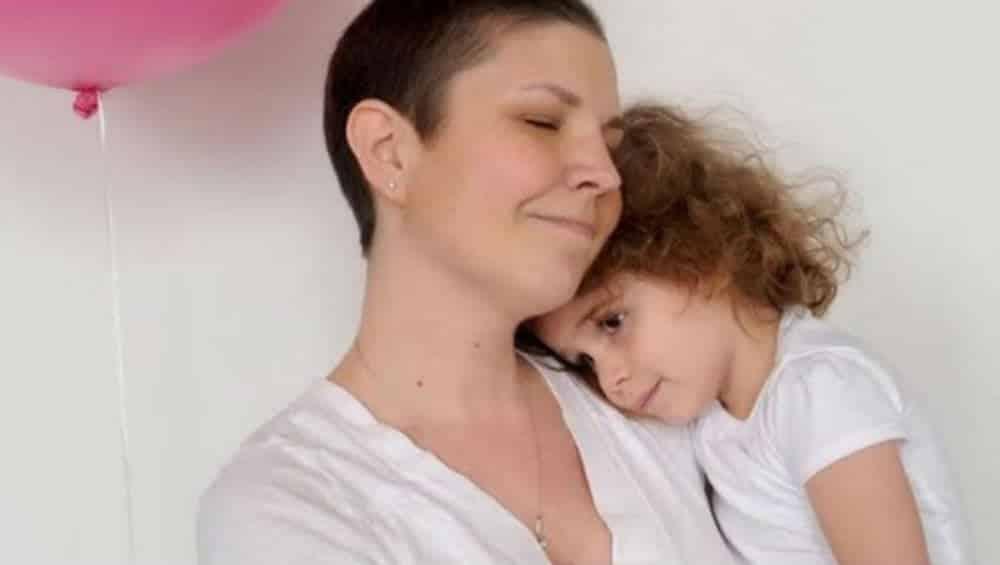 Mãe com câncer terminal prepara cartas para confortar filha depois da morte