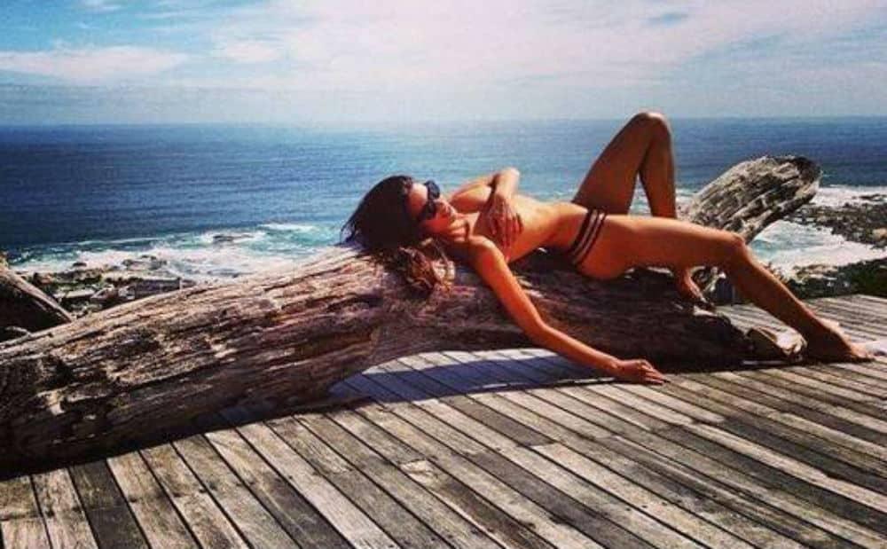 12 famosas que pararam a praia fazendo topless