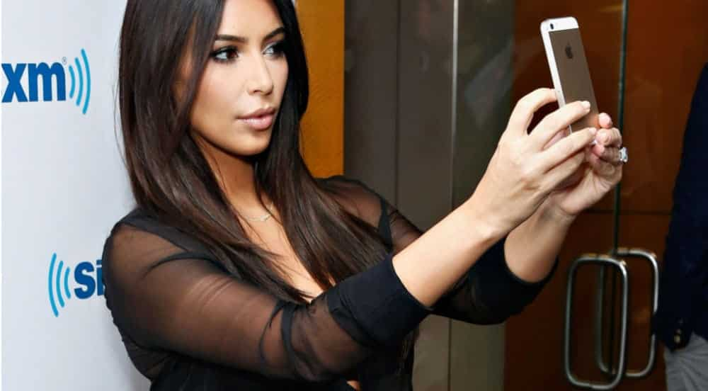Kim Kardashian posta selfie grávida mais polêmica da web