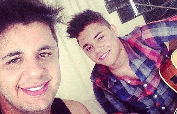 Cristiano Araújo e Felipe Araújo, no fundo da foto