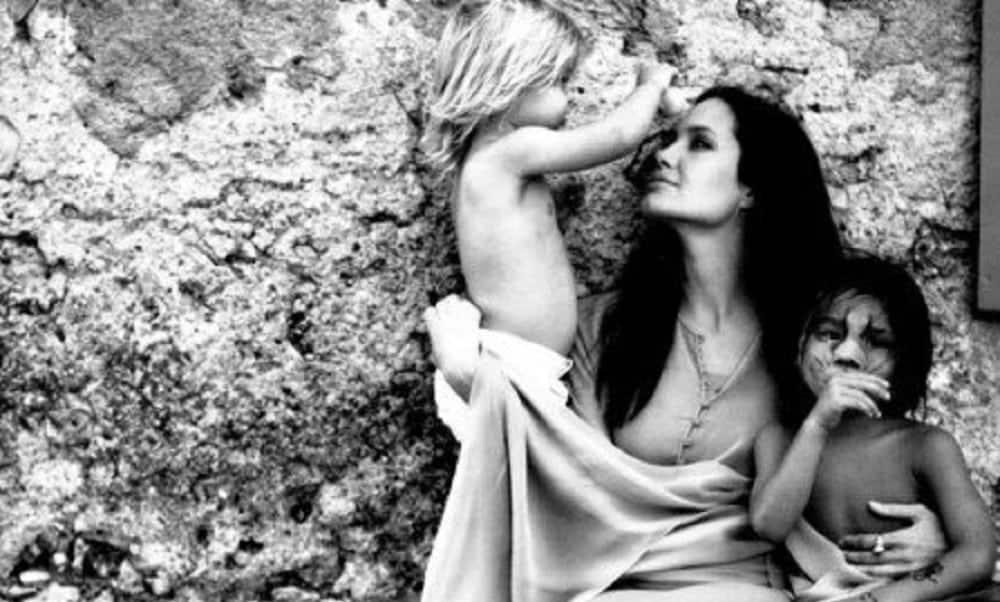Brad Pitt fotografa vida íntima de Angelina Jolie e filhos