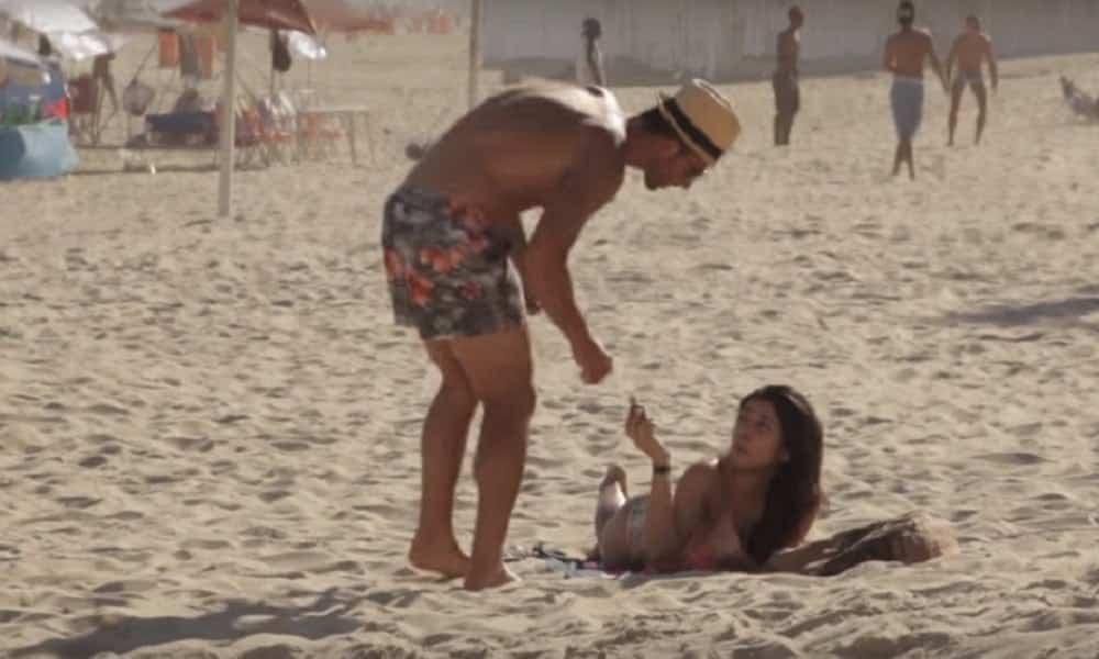 Homens caem em pegadinha ao ajudar garota na praia
