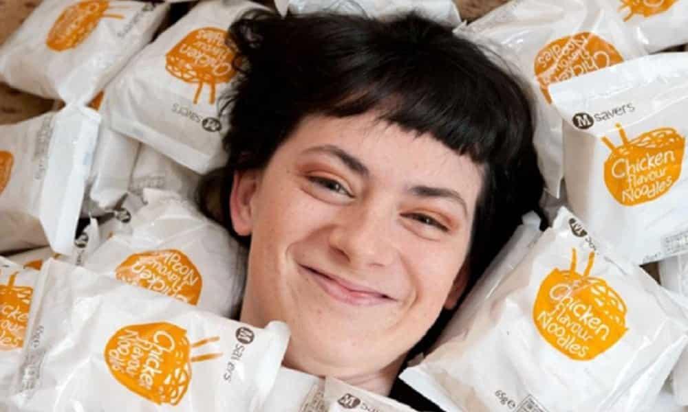 Conheça a britânica que só come miojo há 14 anos