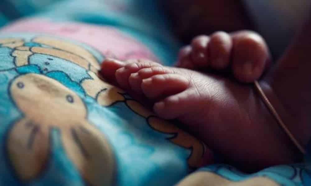 Chinesa tenta comer o próprio filho recém-nascido