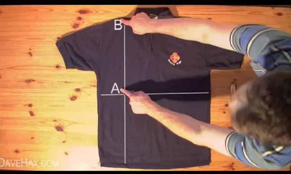 Aprenda a dobrar camisetas em menos de 5 segundos