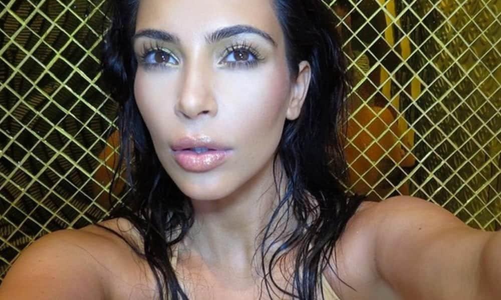 Livro de Kim Kardashian gera polêmica com selfies ousadas