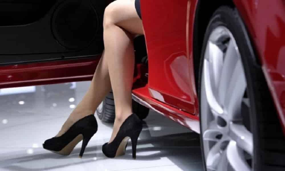 Qual é o sapato feminino mais perigoso para dirigir?