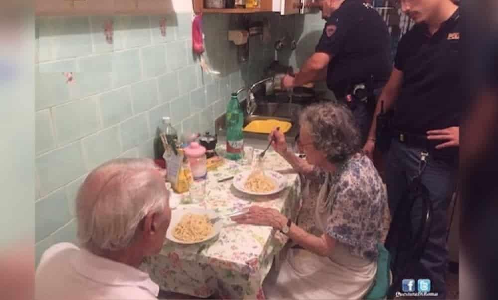 Policiais atendem chamado incomum e cozinham para casal de velhinhos