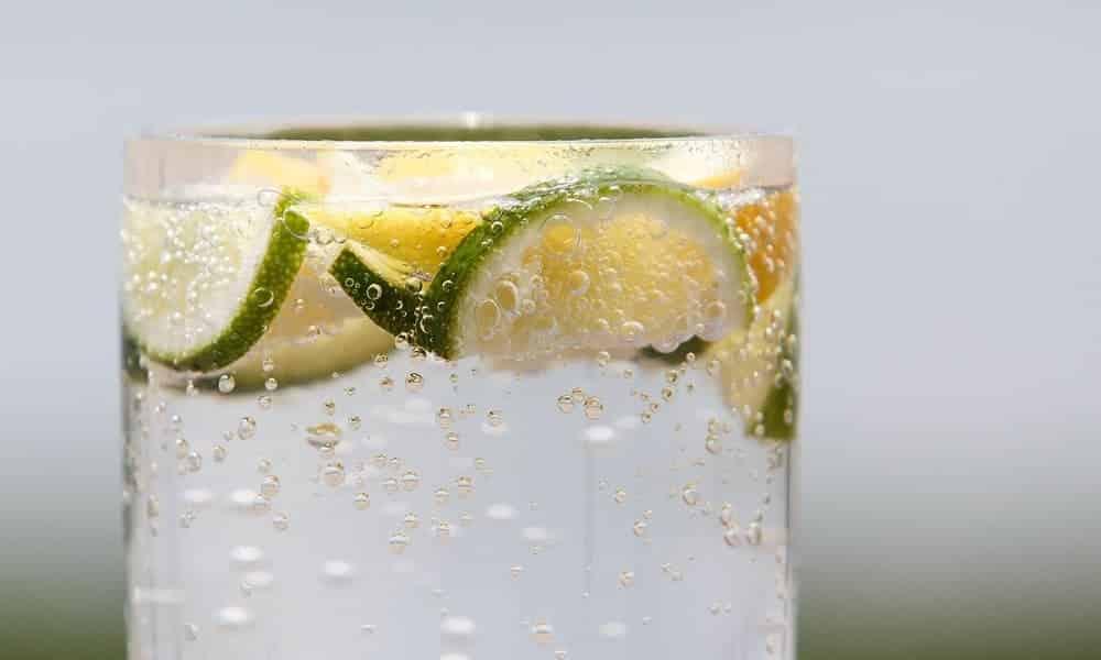Beber água com gás é tão ruim quanto beber refrigerante?