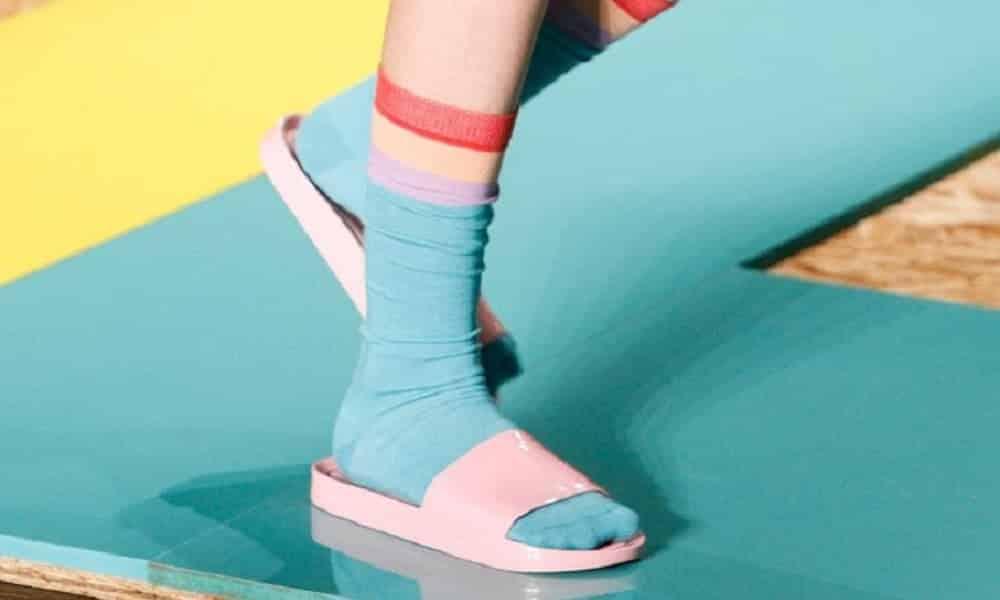 Chinelo com meia estão em alta. Você usaria?