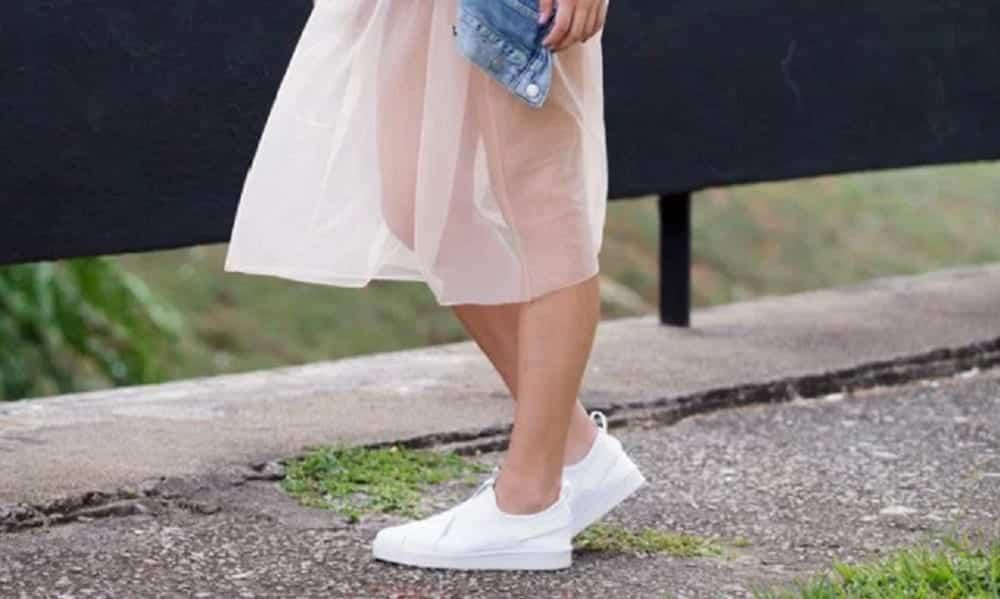 8 modelos de vestidos perfeitos para usar com tênis