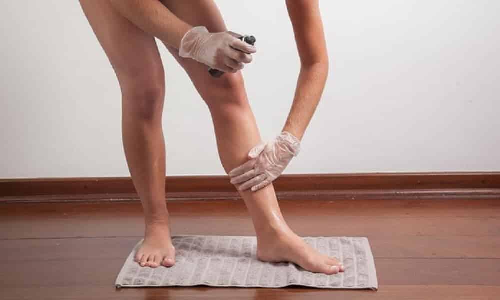 Como aplicar autobronzeador em casa, sem deixar a pele manchada