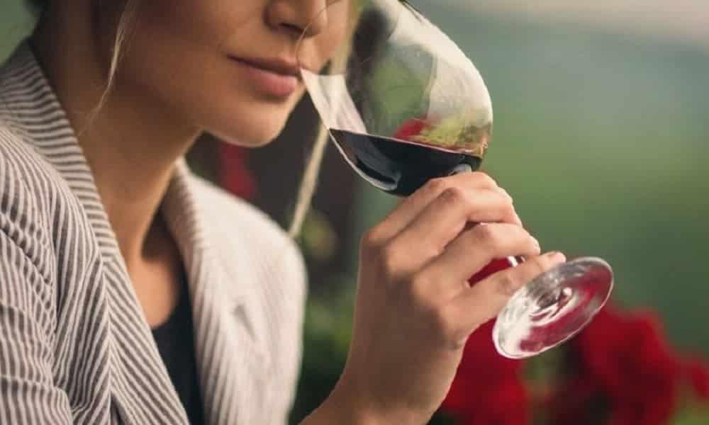 Uma taça de vinho por dia aumenta os riscos de desenvolver câncer de mama