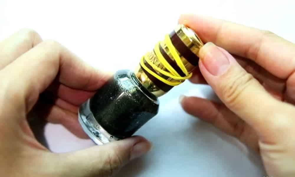 Por que você deve amarrar um elástico na tampa do esmalte