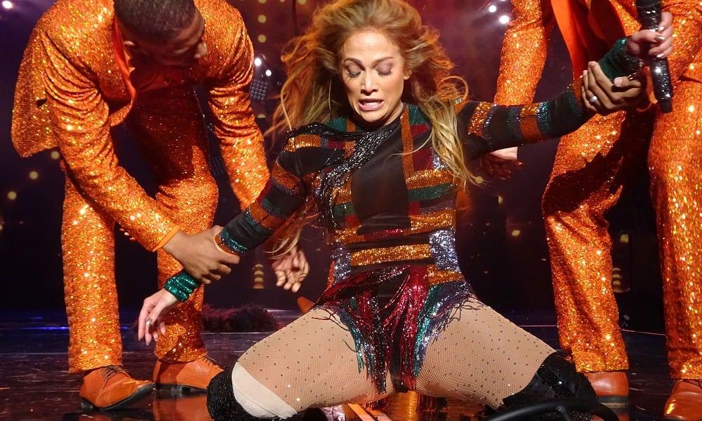 Jennifer Lopez 'trava' durante show e é socorrida por dançarinos