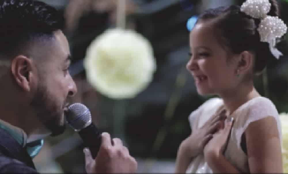 Noivo emociona convidados se declarar para enteada de 8 anos