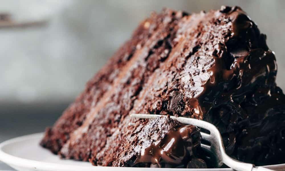 Bolo de chocolate vegano é delicioso e leva beterraba e abacate na receita