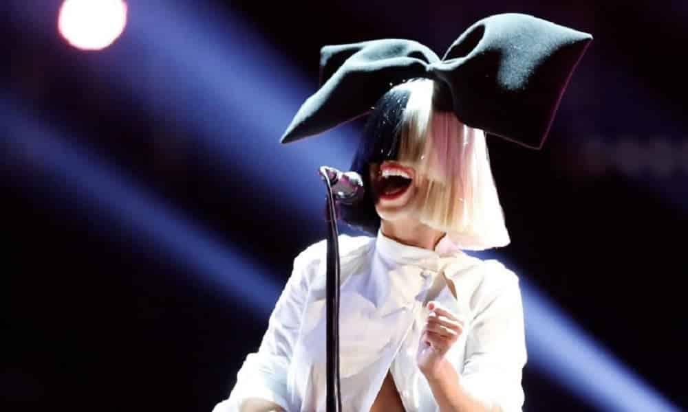 Sia compartilha foto em que aparece nua para evitar que seja vendida
