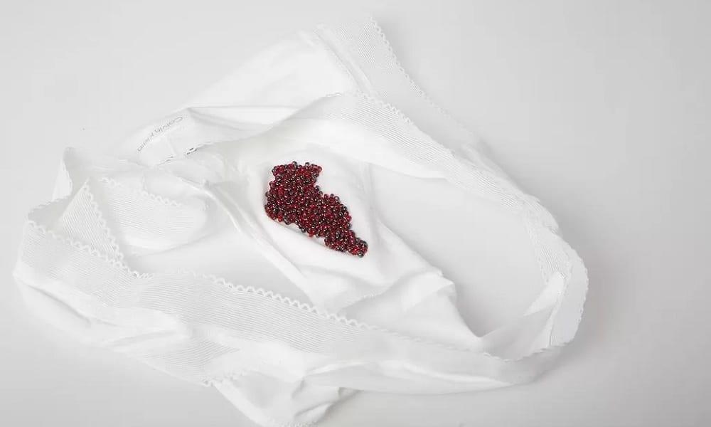 Como tirar mancha de menstruação da roupa ou do colchão