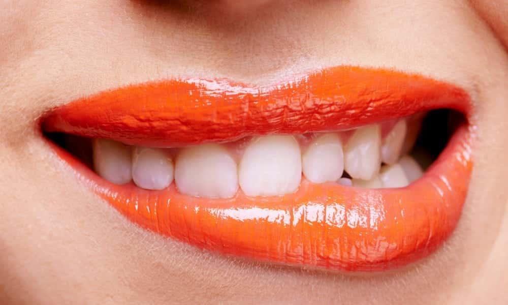 5 batons que deixam os dentes amarelos e 6 que os deixam mais brancos