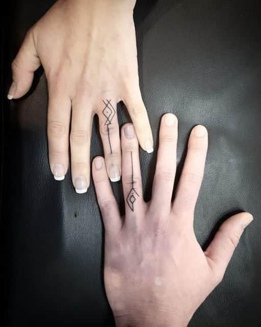 Tatuagem de casal no dedo