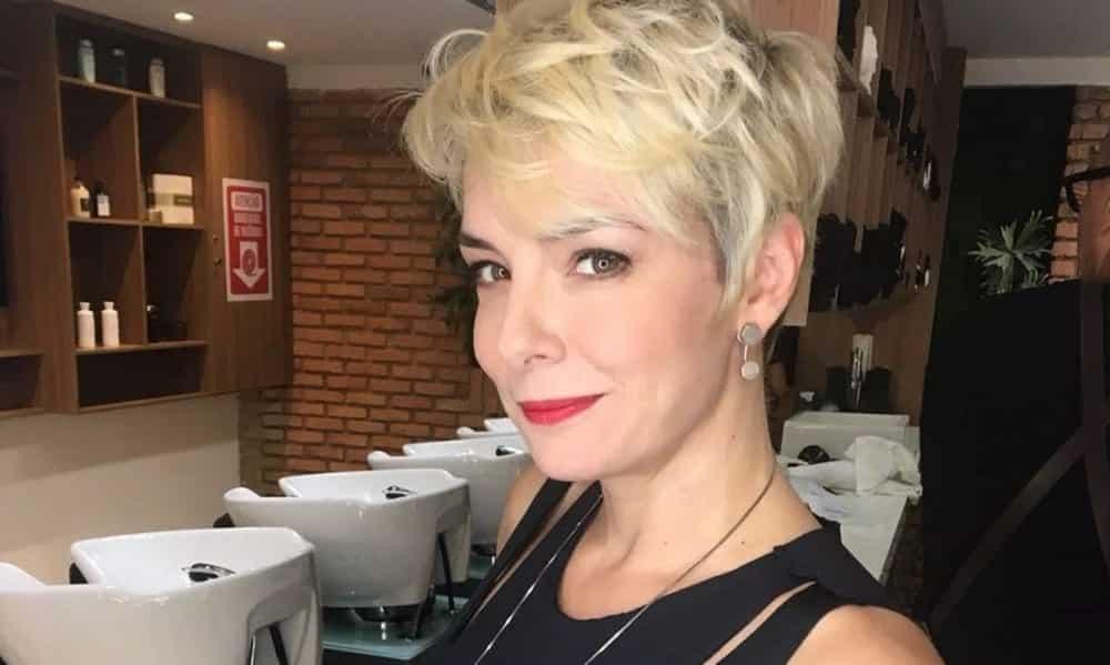 Regiane Alves posa de fio dental e mostra que está com tudo aos 40