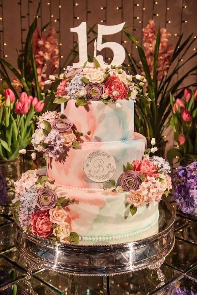 15 anos: Bolos incríveis decorados com flores para a sua miniparty