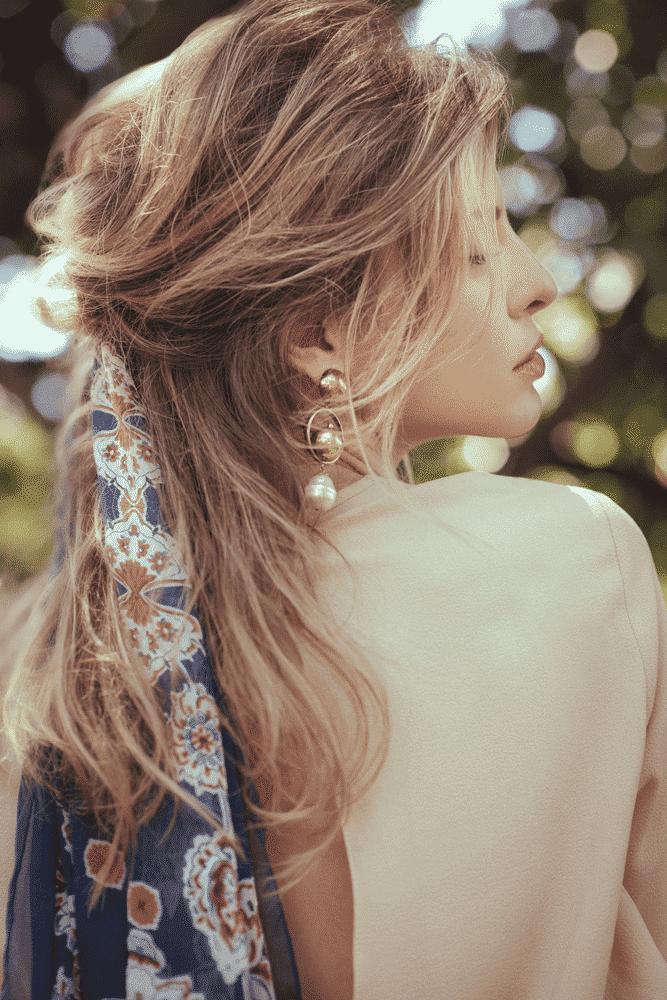 Lenço no cabelo: ideias de penteados estilosos para adotar o acessório