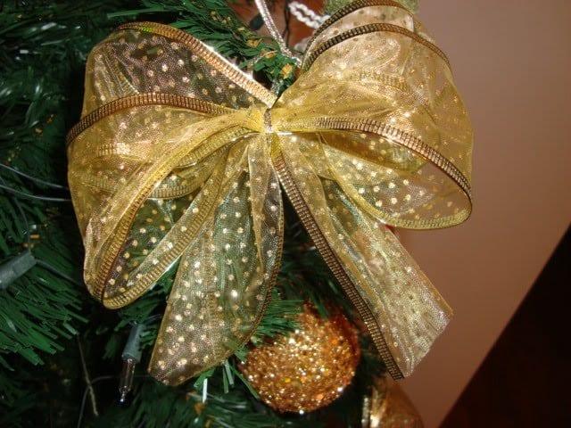 Como fazer um laço de Natal para complementar sua decoração