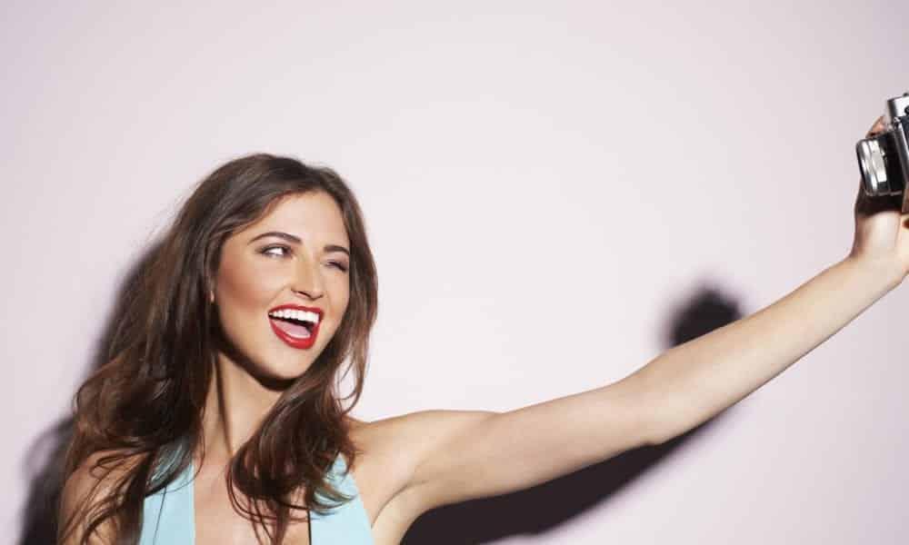 11 poses para selfie que vão te ajudar a tirar a foto perfeita