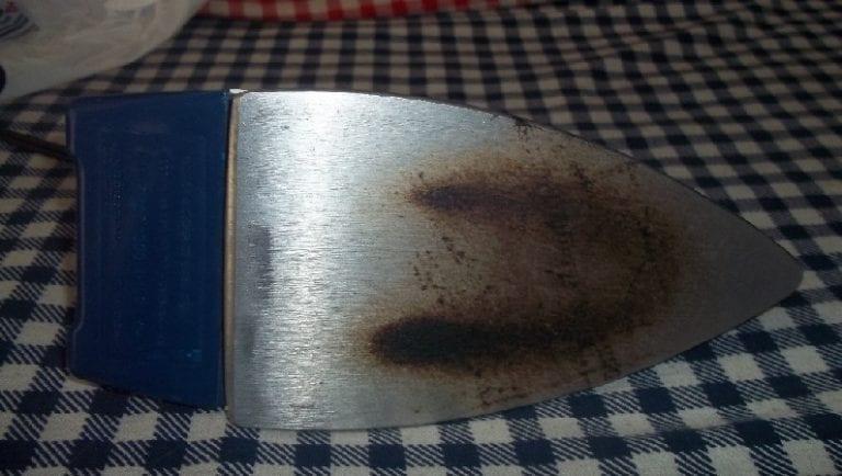 Como limpar ferro de passar roupa [a vapor e tradicional]