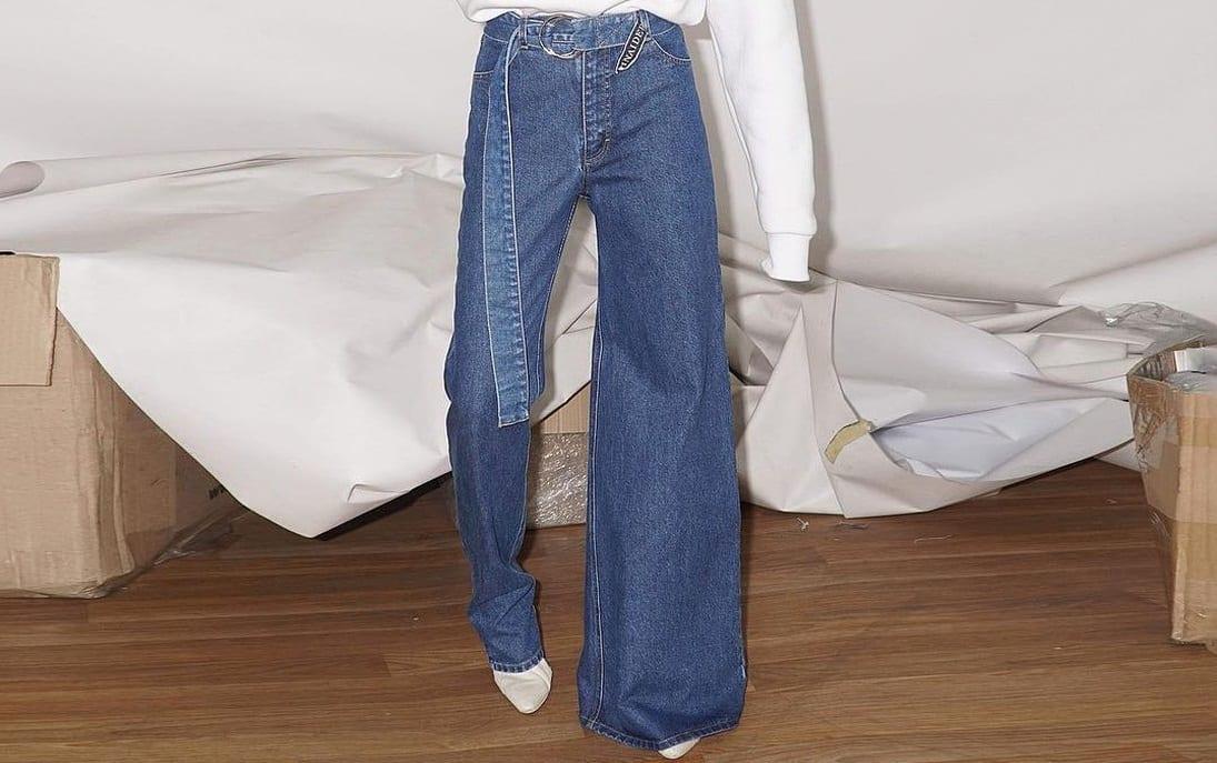 Já ouviu falar em jeans assimétrico? Conheça a calça custa 375 dólares