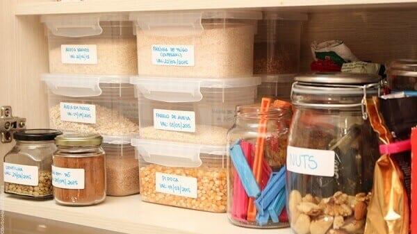 Como organizar o armário da cozinha em 7 passos simples e fáceis