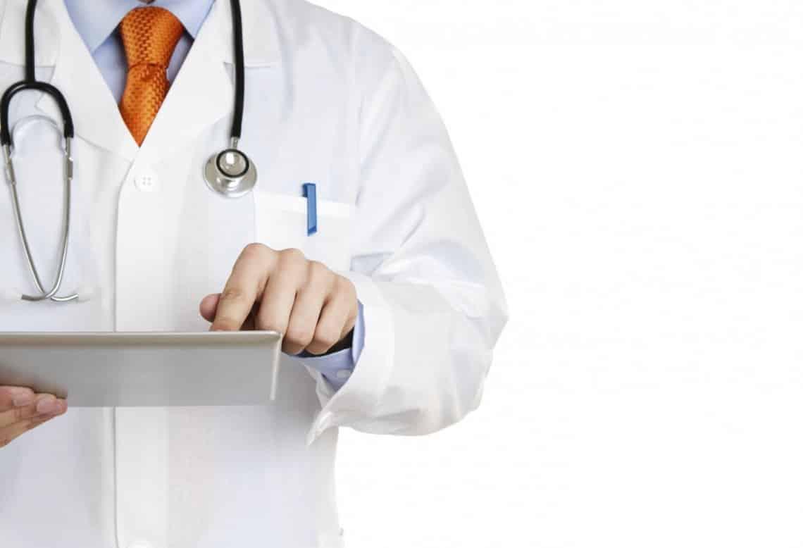 Quais são os sintomas e as causas de uma infecção urinária?