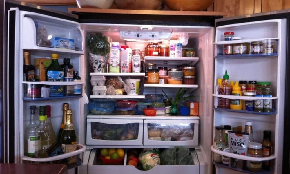 Como limpar a geladeira por dentro com 5 passos simples