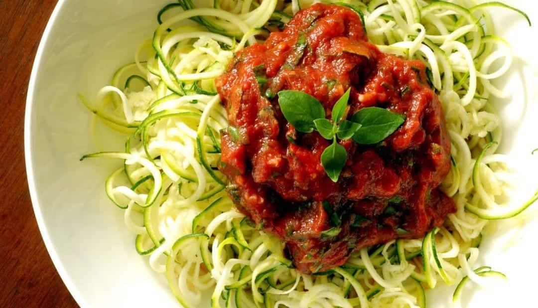 Espaguete de abobrinha é light, gostoso, nutritivo e fácil. Aprenda a fazer!