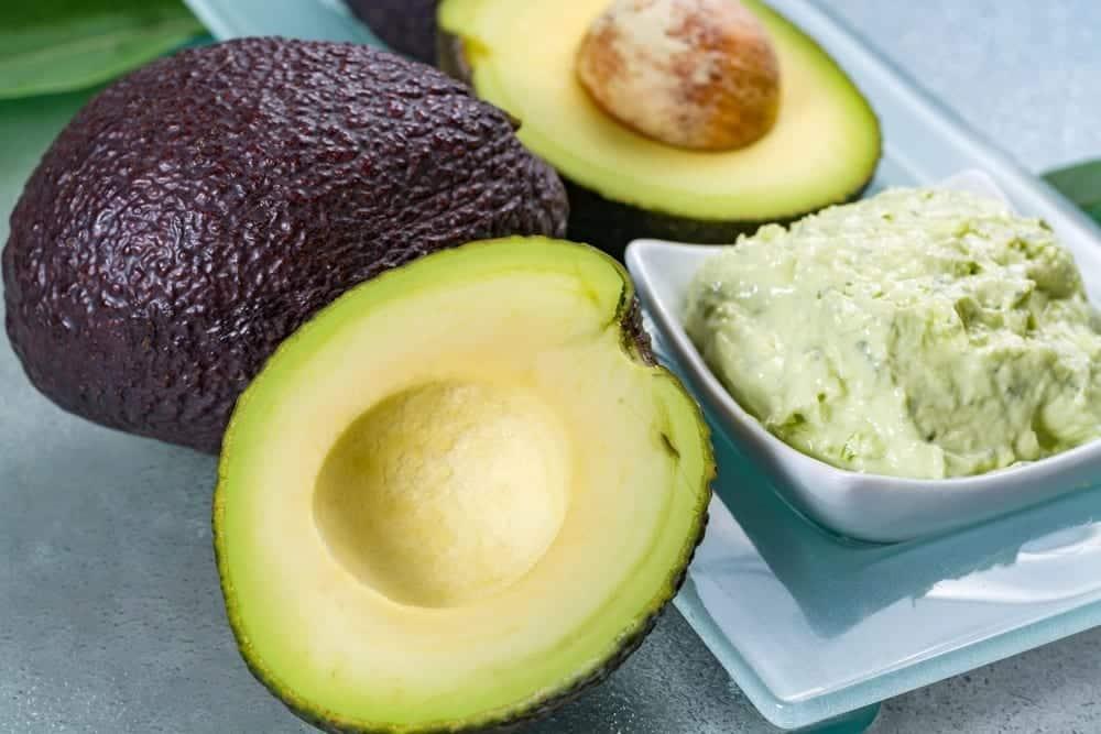 Hidratação com abacate, como usar a fruta no cabelo?