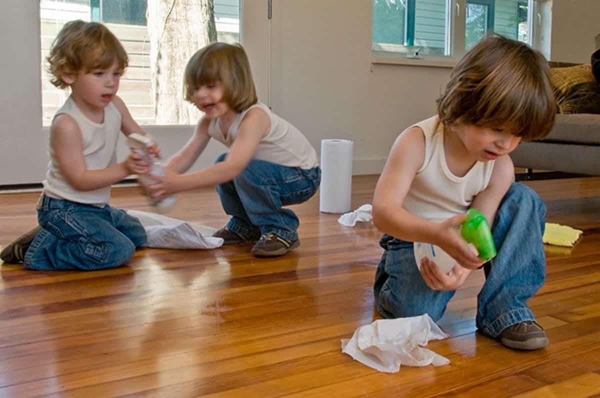 Entenda de que forma seus filhos podem ajudar a cuidar da casa