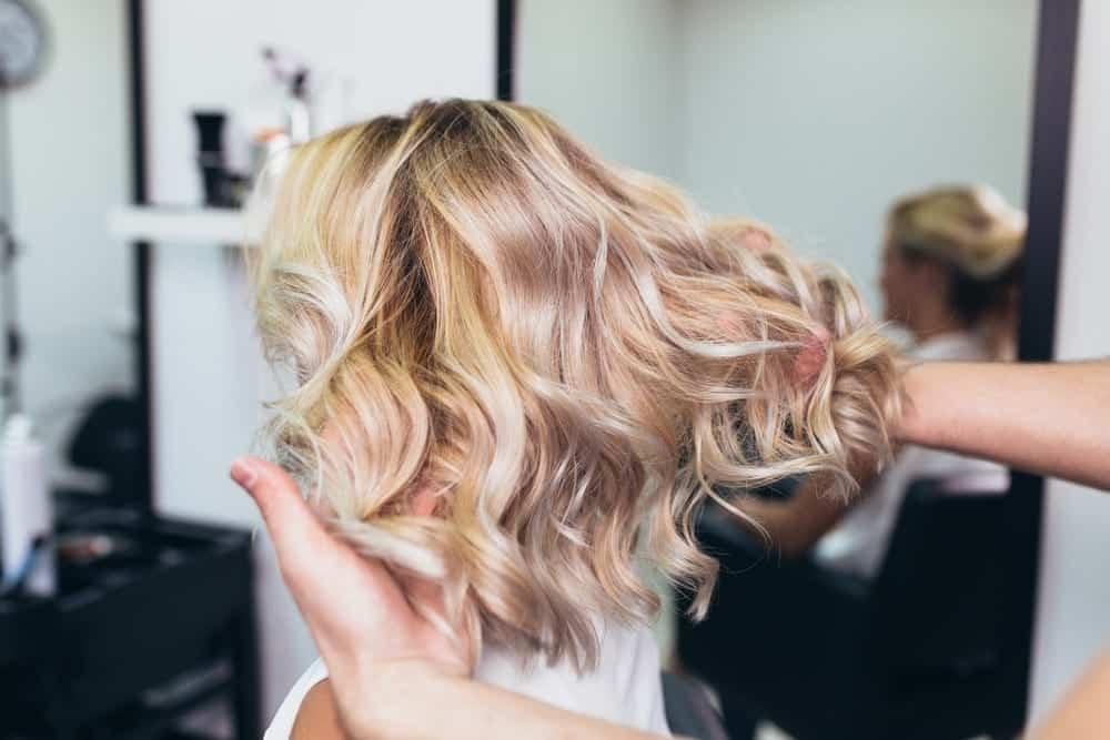 Loiro platinado é a tendência de 2019, mas o cabelo exige alguns cuidados