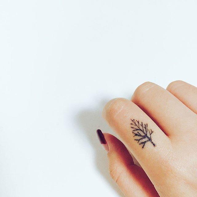 Tatuagem no dedo: conheça os cuidados necessários e veja algumas inspirações