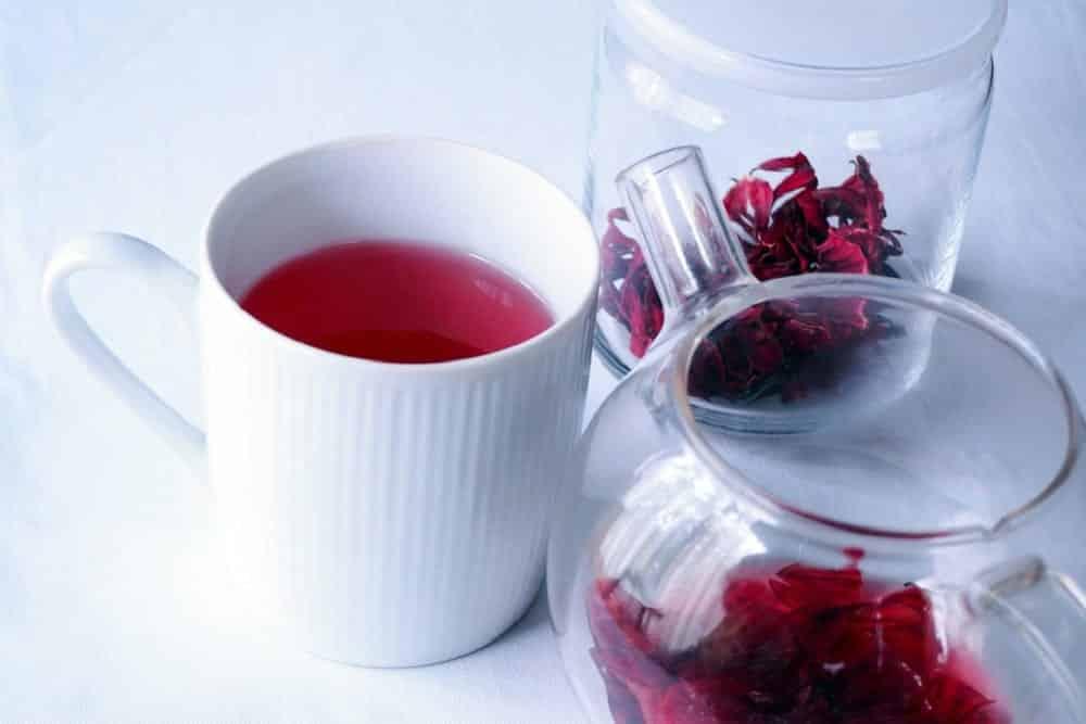 Chá de hibisco ajuda emagrecer? Benefícios do chá e como fazer