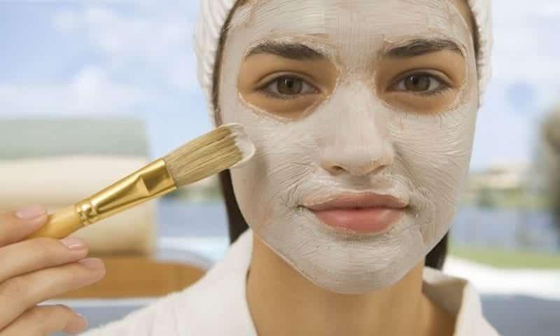 Entenda como é feita a limpeza de pele e os mitos e verdades sobre o procedimento