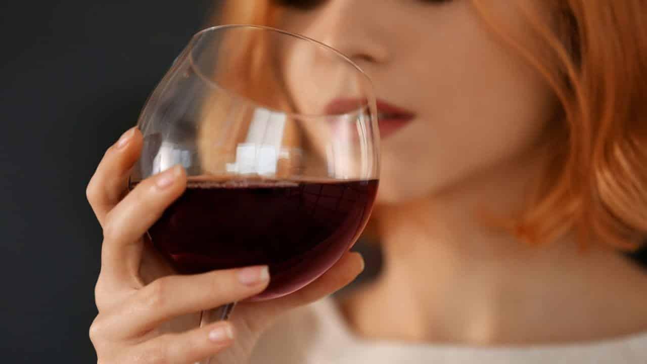 Afinal, beber uma tacinha de vinho emagrece mesmo, ou não?