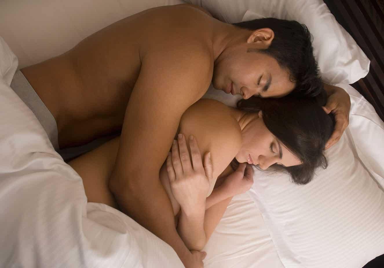 5 benefícios em dormir de conchinha com o mozão