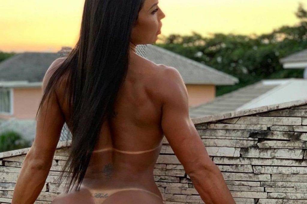 Gracyanne Barbosa posa sem sutiã no Instagram e foto dá o que falar
