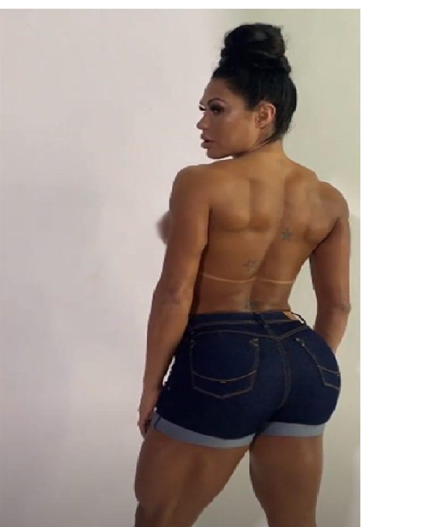 Gracyanne Barbosa posa sem sutiã no Instagram