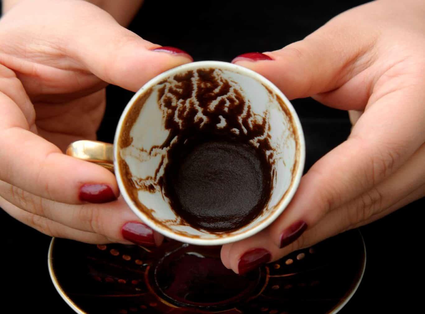 Máscara de café para o rosto - Benefícios + receitas para testar em casa