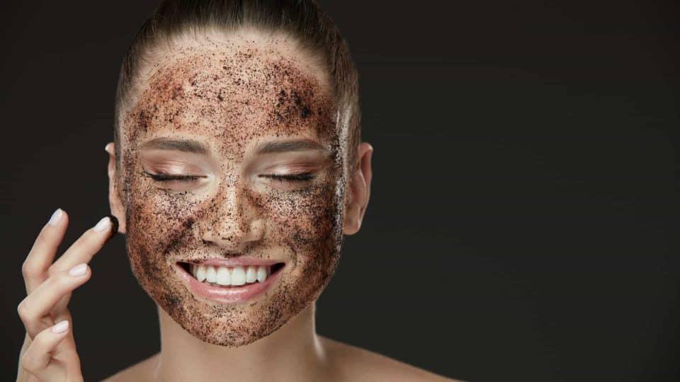 8 receitas de máscara de café para testar no rosto e seus benefícios